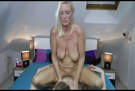 Le sexe avec une maman au grenier