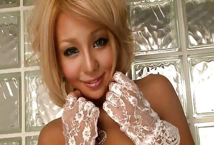 Une asiatique blonde et sexy