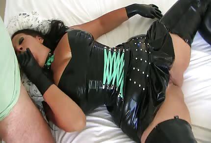Une maman sexy dans des habits coquins  s'allonge sur le lit