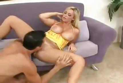 Il a  dragué une fille en robe jaune