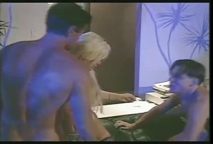 Une blonde gémissante