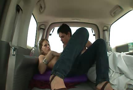Une baise dans un van en route