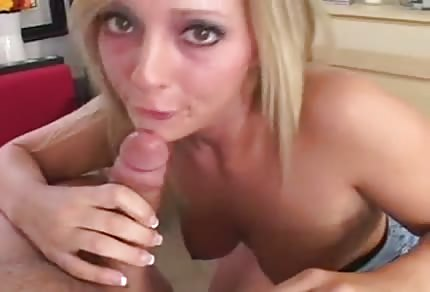 Une blonde a envie de faire une pipe