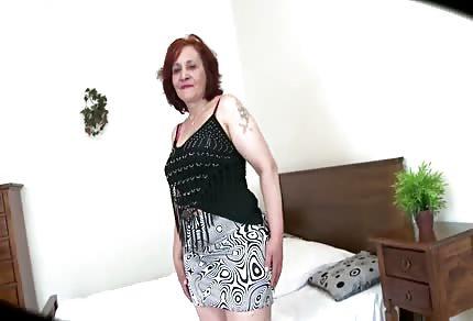 Une bonne femme rousse et timide