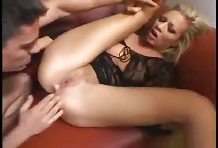 Une blondinette sur le sofa noir se fait enculer