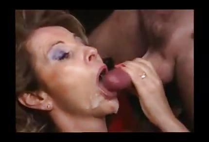 Une compilation d'éjaculations sur le visage des mamans