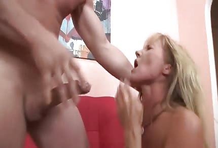 Une blonde se  fait défoncer dans la bouche