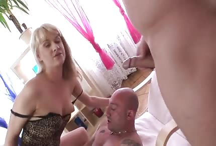 Une blondinette a deux bites dans le cul