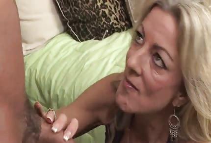 Une blondinette avec un énorme décolleté a envie de baiser