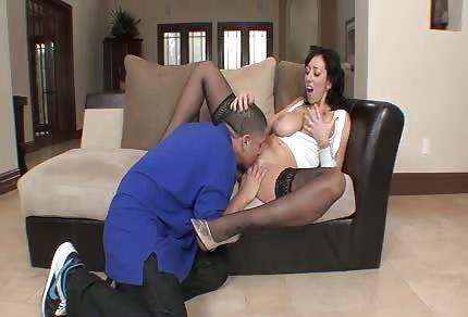 Une femme plantureuse aime le gût du sperme