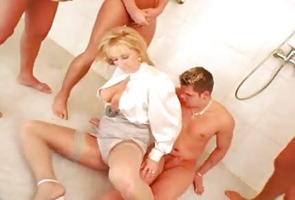 Une blonde aime se divertir en groupe