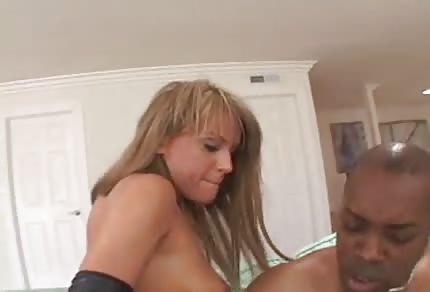 Une pipe noire a baisé une blonde