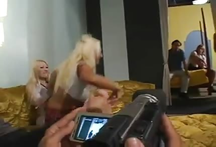 Le sexe du groupe violent lors d'une fête