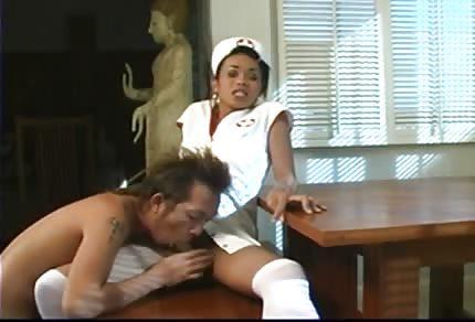 Une infirmière black a pris dans le le trou du cul