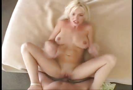 Une blonde sexy se fait sodomiser