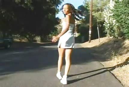 Une femme black pénétrée dans un cul serré