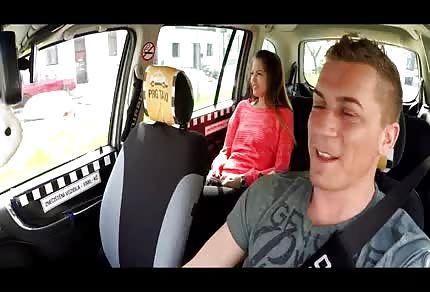 Enculée par un chauffeur de taxi dans le siège arrière