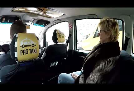 Mme massageuse veut plonger sous le volant du chauffeur