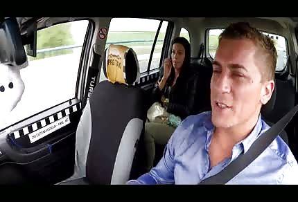 Le chauffeur du taxi baise une jolie brunette