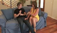 Familier avec lui, une maman veut du sexe sur le canapé