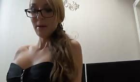 Une secrétaire excitée en sous-vêtements sexy