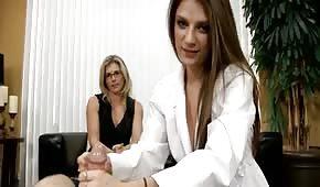 Deux nanas sexy prennent les verges