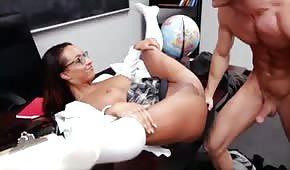 Une meuf en lunette écarte ses jambes devant le professeur