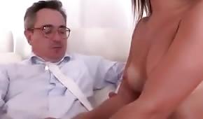 Le mec déboutonne lentement sa chemise et touche ses seins