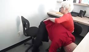 Une secrétaire pulpeuse provoque son patron