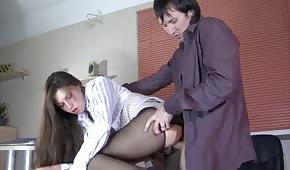 Une nana a été bien placée dans le bureau