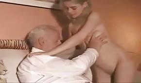 Un grand-père avec une jeune et les chandelles