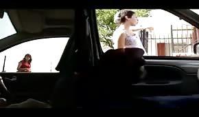 un mec voyage en voiture et se branle
