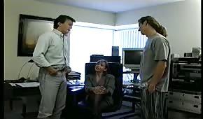 Dans le bureau, ils s'entretiennent à deux queues avec une brunette