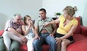 Une famille sexuelle trouve sa façon agréable de passer du temps ensemble