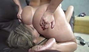 Lécher le cul d'une milf