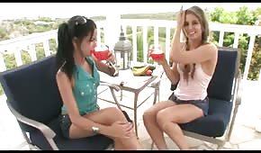 Des filles se font du bien avec un gros concombre vert