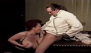 Le docteur met la bite entre les seins de sa patiente