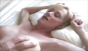 Une maman blonde baisée dans la chatte rasée