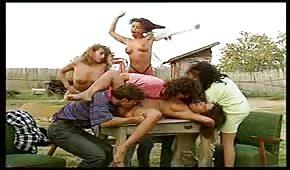 Une  baise de groupe dans la campage
