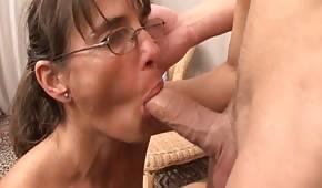 Une femme mûre a envie d'une bite plus jeune