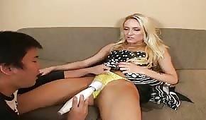 La blonde reçoit une petite bite