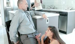 Le beau-père a baisé sa fille adoptive
