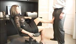 Une secrétaire chaude a envie de sa bite