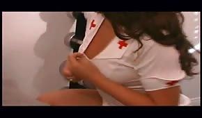 Un vieux type baise une jolie infirmière