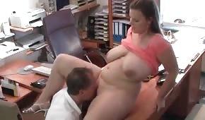 Il a baisé une nana plantureuse au bureau