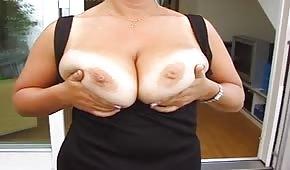 Une maman plantureuse montre ses gros seins