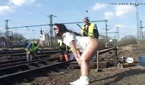 Una nana pisse en présence des ouvriers