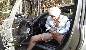 Une maman se masturbe dans la forêt