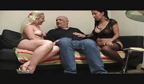 Un gars insémine la voisine en présence de sa femme
