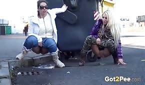Les filles font pipi dans la rue